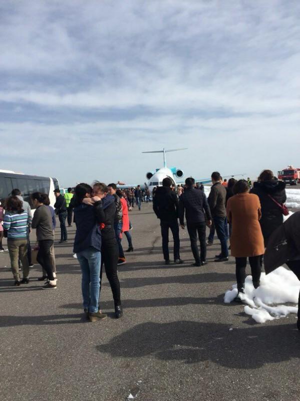 Авіалайнер у Казахстані приземлився на ніс (ВІДЕО, ФОТО) - фото 2