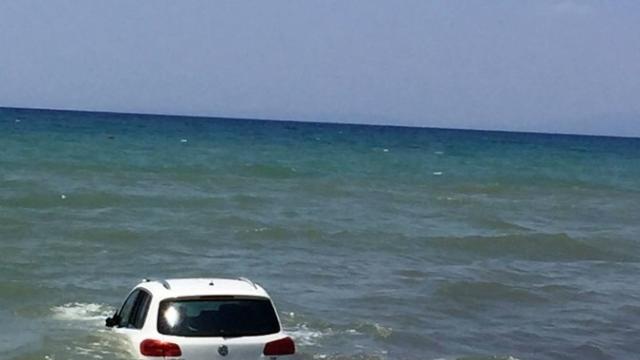 На пляжі в Туреччині машина передавила відпочивальників і затонула в морі (ФОТО) - фото 1