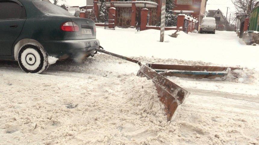 Миколаївці перетворили свої машини на снігоприбиральники (ФОТО) - фото 1