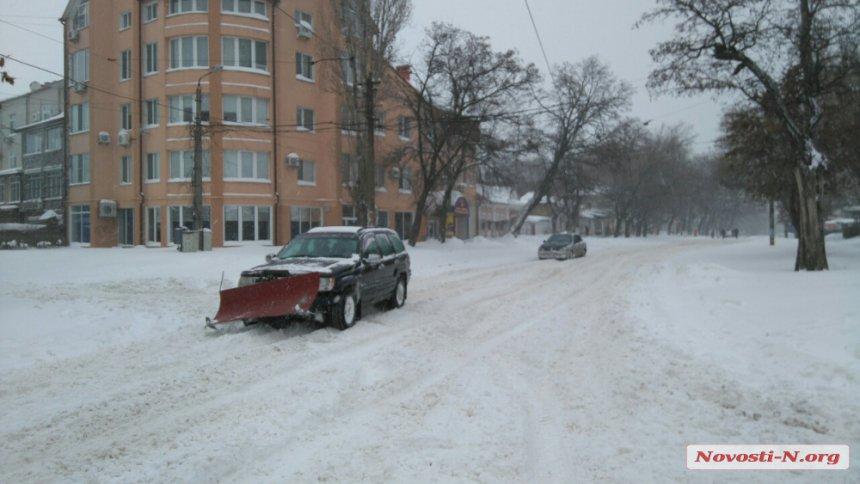 Миколаївці перетворили свої машини на снігоприбиральники (ФОТО) - фото 3