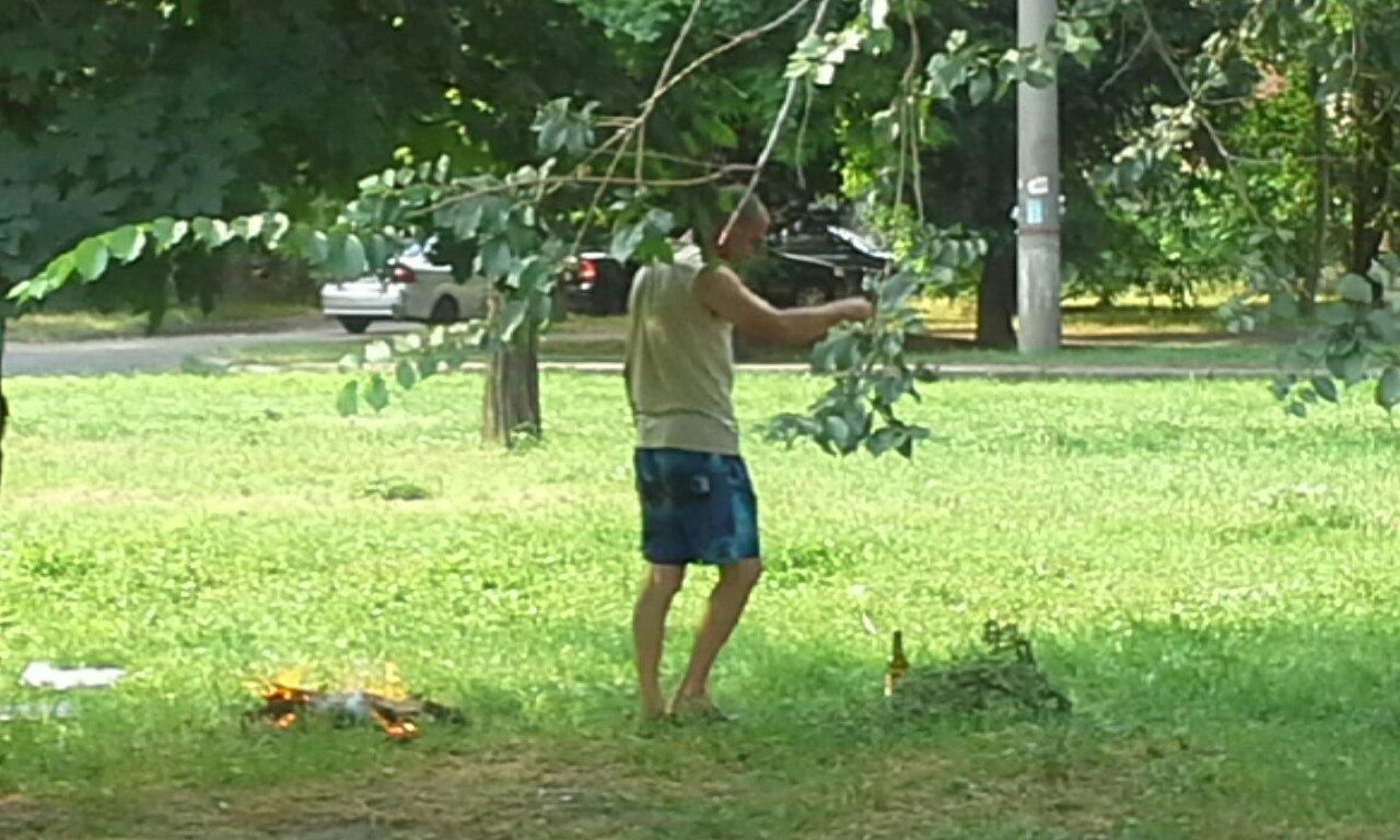 У Миколаєві нахабні городяни смажили шашлики прямо на газоні - фото 1