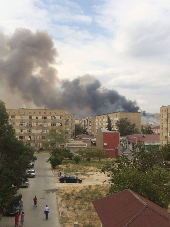 Очевидці показали, як палає збройний завод в Азербайджані (ВІДЕО) - фото 1