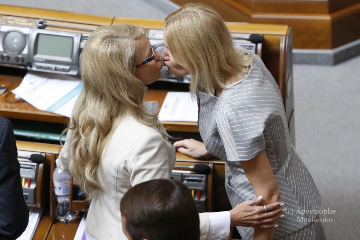 """Тимошенко """"засікли"""" за поцілунком з нардепом у Раді  - фото 1"""