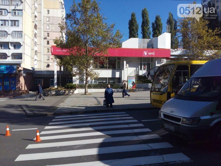 """У Миколаєві маршрутка влетіла в Toyota, що пропускала бабусю на """"зебрі"""" - фото 1"""