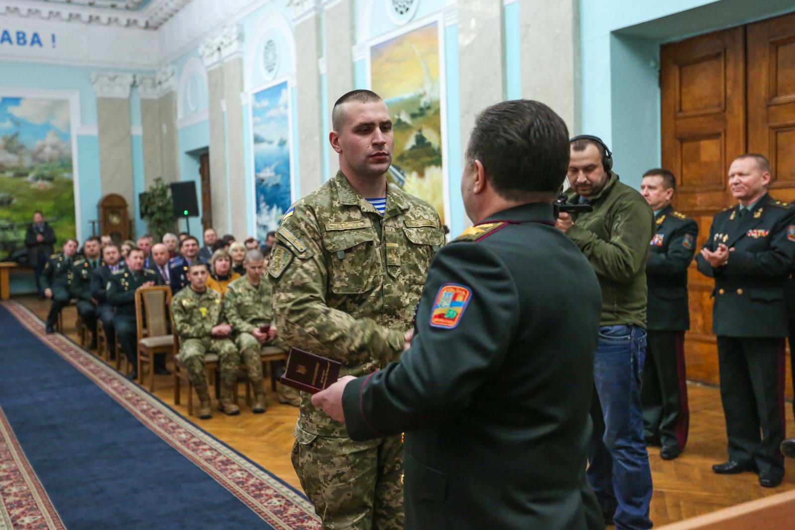 Полторак нагородив бійців АТО з нагоди Дня пам'яті Героїв Крут - фото 2