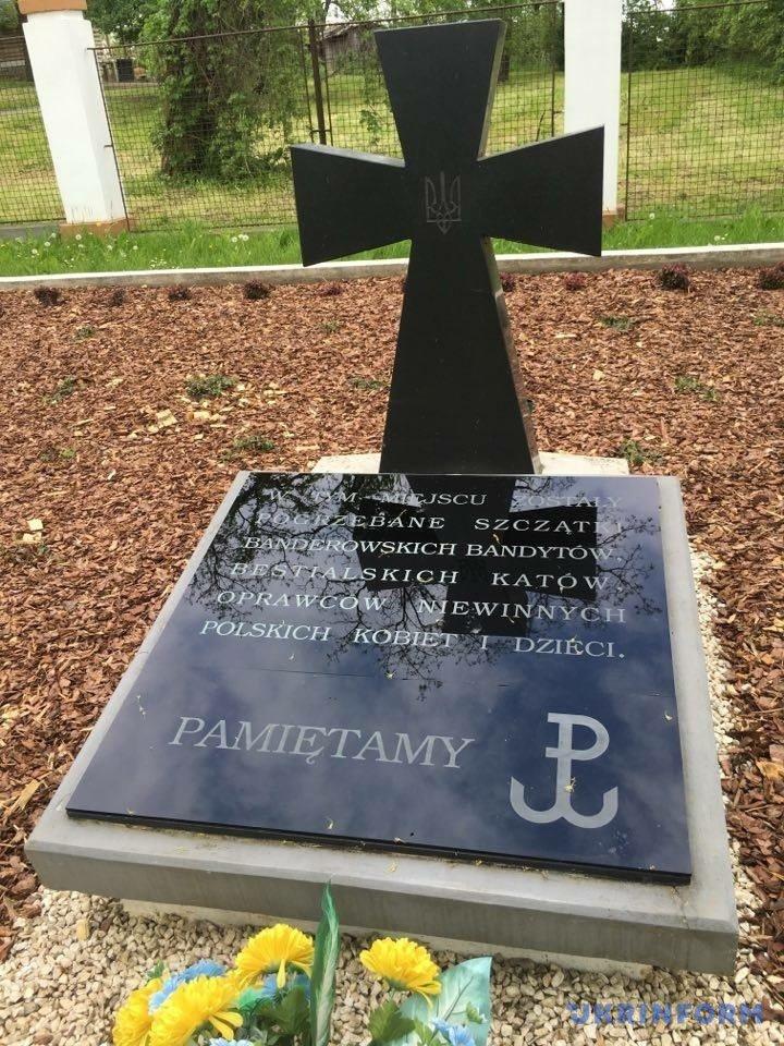У Польщі вандали сплюндрували могили вояків УПА антибандерівськими написами (ФОТО) - фото 1