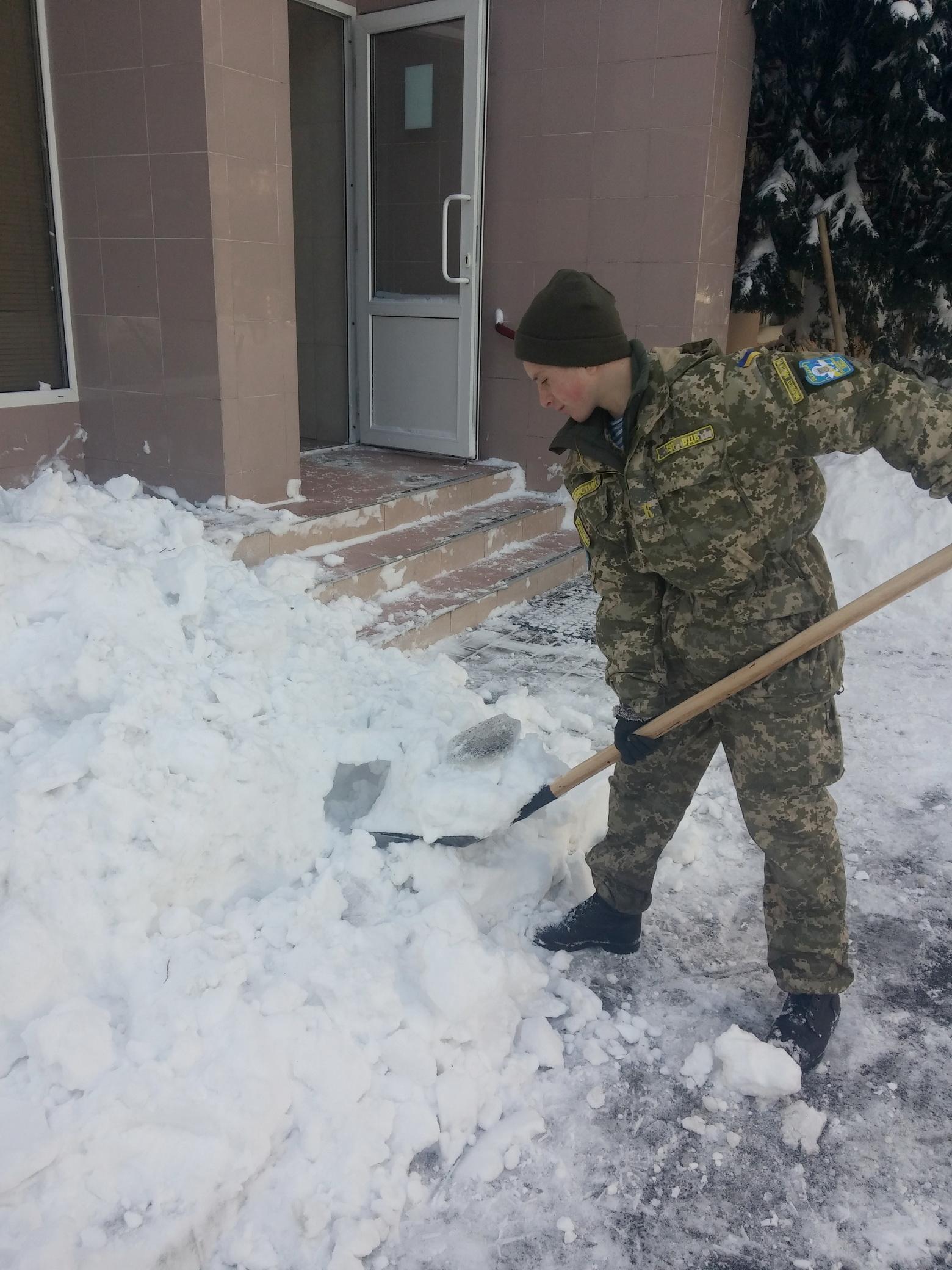 До боротьби із сніговою стихією на Одещині залучили армію - фото 5