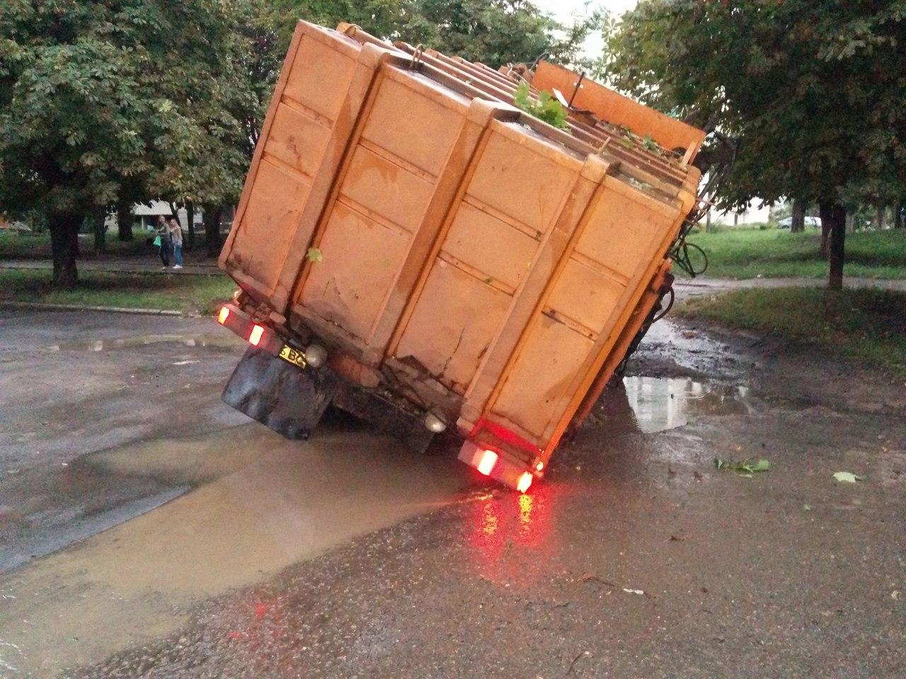 На Салтівці після зливи сміттєвоз пішов під землю  - фото 2