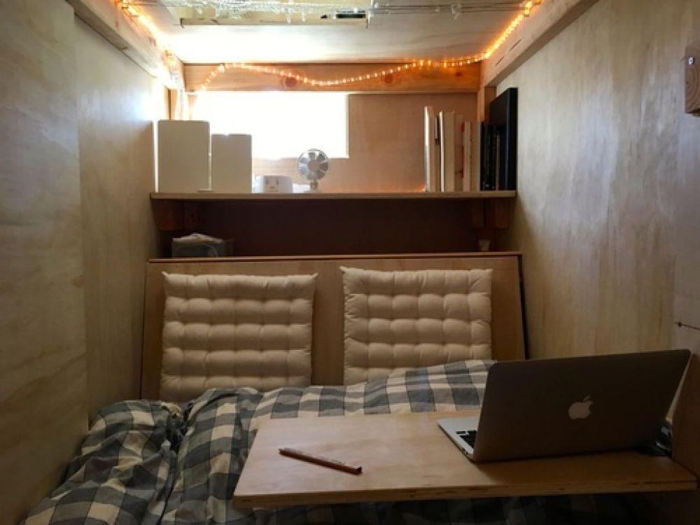Американець знімає пів кімнати, щоб жити у дерев'яному ящику - фото 1