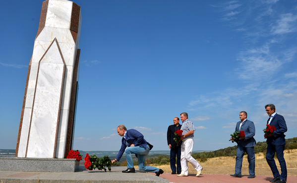 З'явилися фото Путіна і Берлусконі на цвинтарі - фото 1