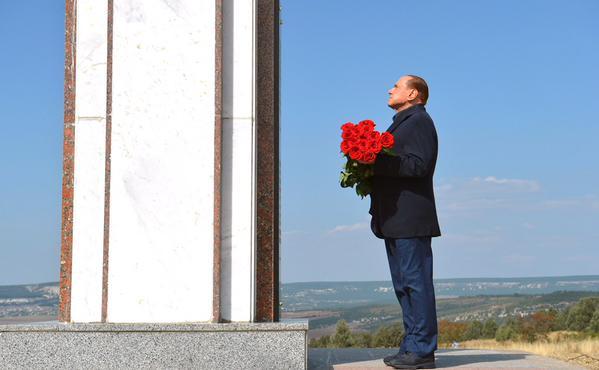 З'явилися фото Путіна і Берлусконі на цвинтарі - фото 2
