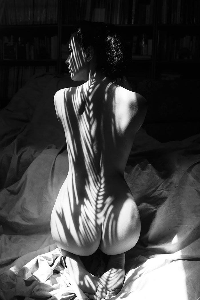 Як голу дівчину у тіні вдягали - фото 4