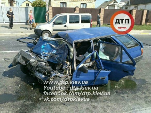 Під Києвом машина врізалася у маршрутку, є загиблі - фото 1