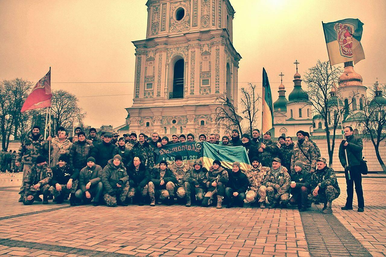 Байки і прапори: Захисники Луганського аеропорту святкують день народження - фото 2