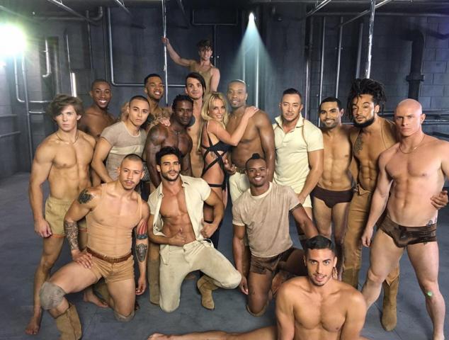 Напівгола Спірс похвалилася гаремом сексапільних хлопців - фото 1