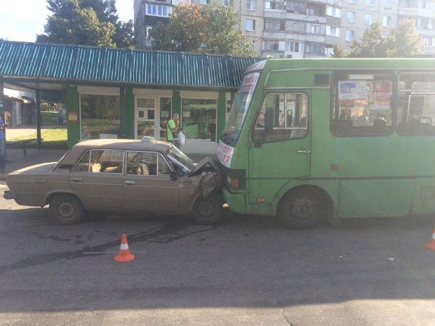 На Салтівці відбулося добове зіткнення маршрутки та автомобіля таксі - фото 1