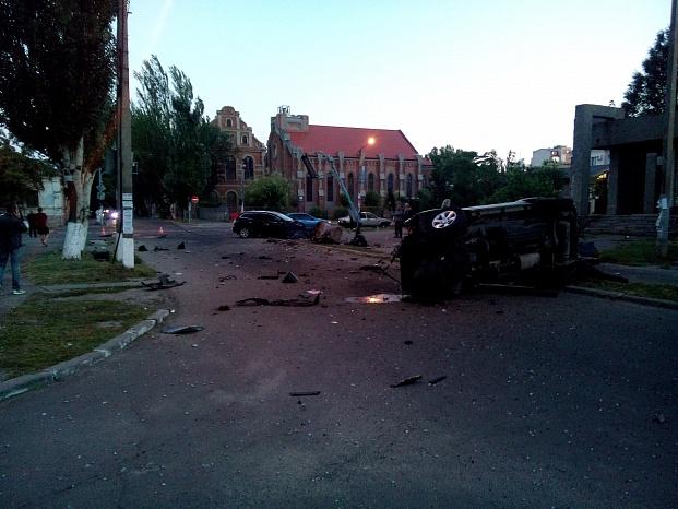 У Бердянську на шаленій швидкості зіштовхнулися два джипа, є постраждалі - фото 1