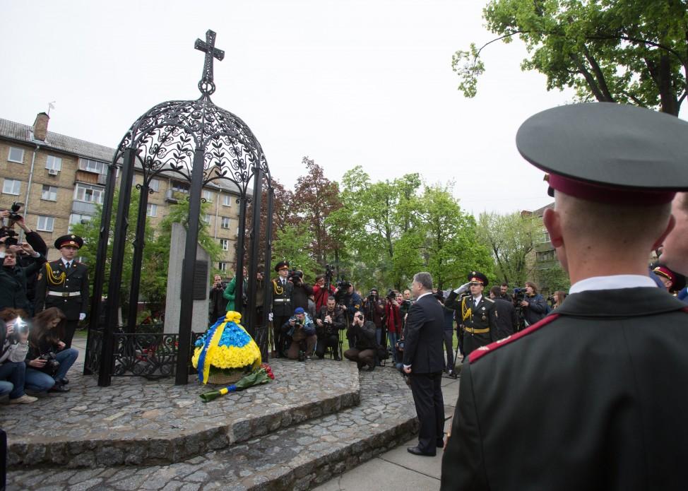Перші особи держави вшанували ліквідаторів та жертв Чорнобильської катастрофи - фото 3