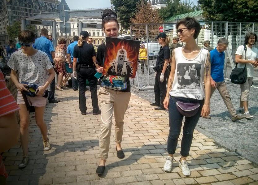 """На """"гундяєвській ході"""" поліція затримала журналістку за портрет Кирила у пеклі - фото 2"""