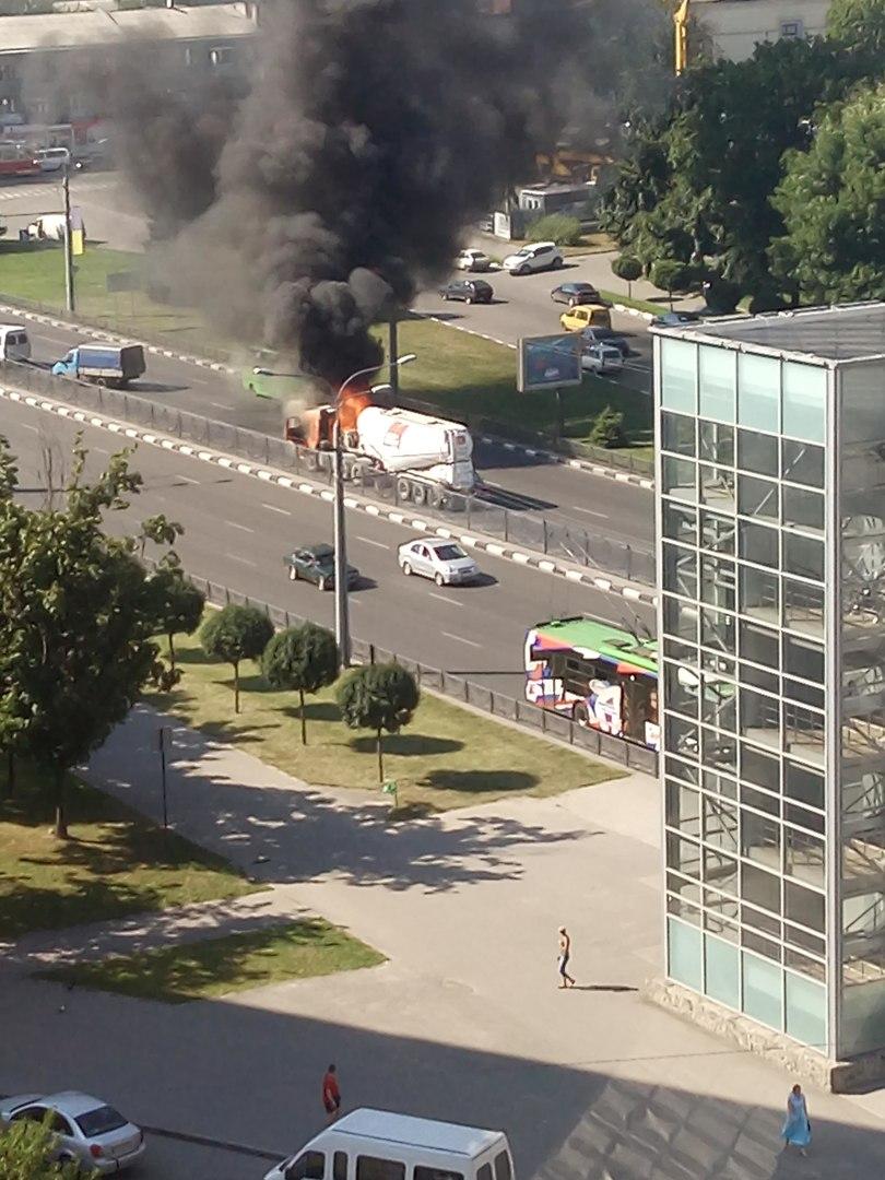 На проспекті Гагаріна спалахнув цементовоз: опубліковане відео (ВІДЕО, ФОТО)  - фото 2