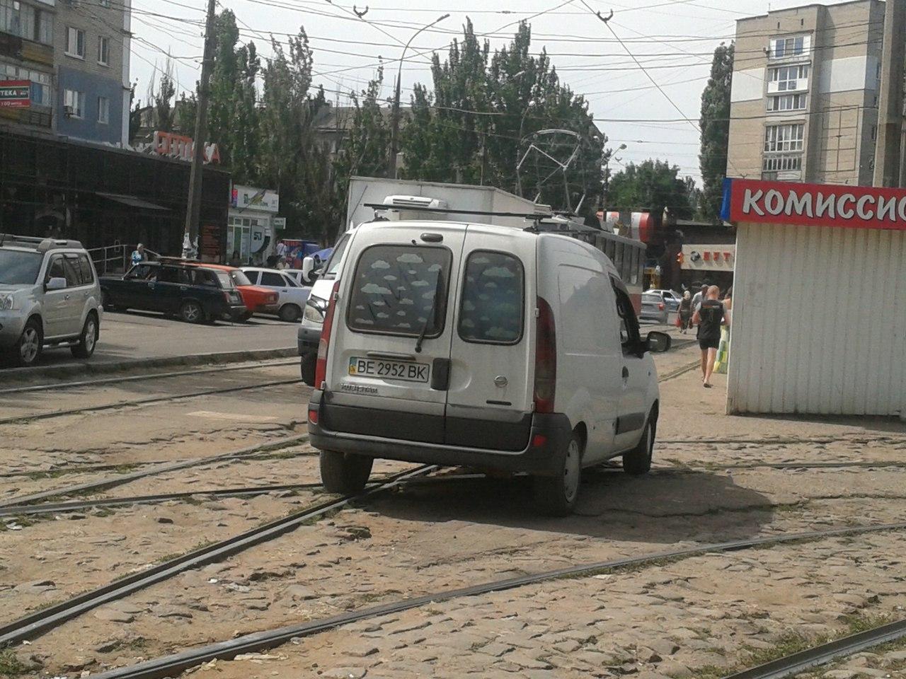 У Миколаєві нахабні водії продовжують блокувати рух трамваїв - фото 2