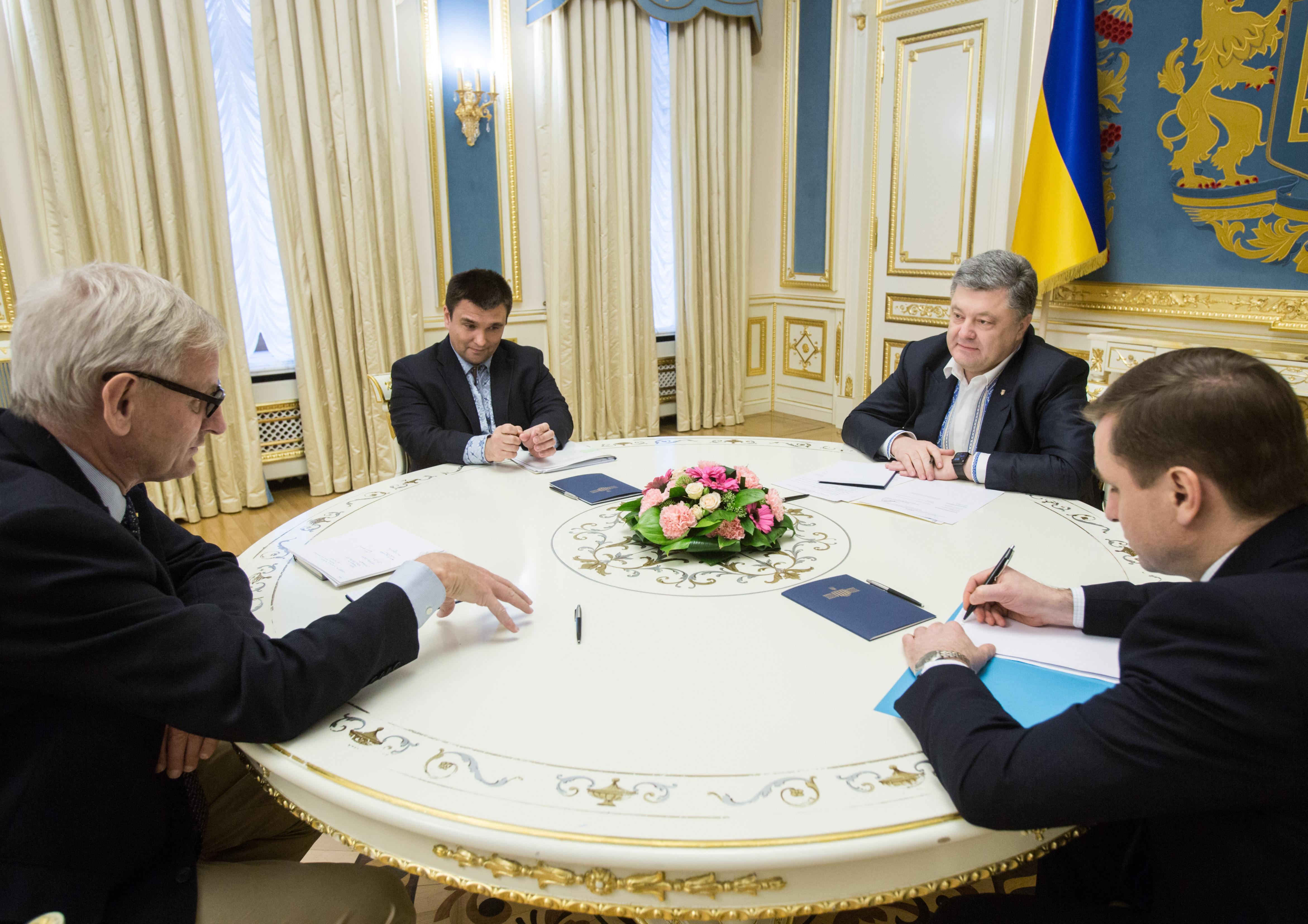Порошенко подарував вишиванку екс-прем'єр-міністру Швеції - фото 1