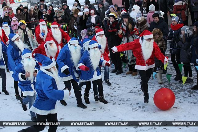 Як у Білорусі Діди Морози грали у футбол - фото 2
