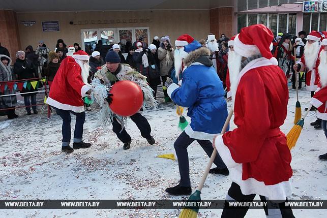 Як у Білорусі Діди Морози грали у футбол - фото 3