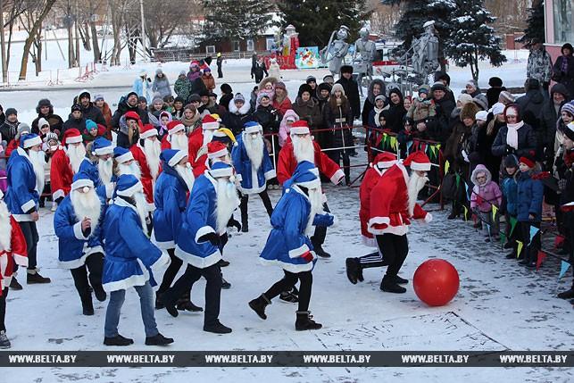 Як у Білорусі Діди Морози грали у футбол - фото 1