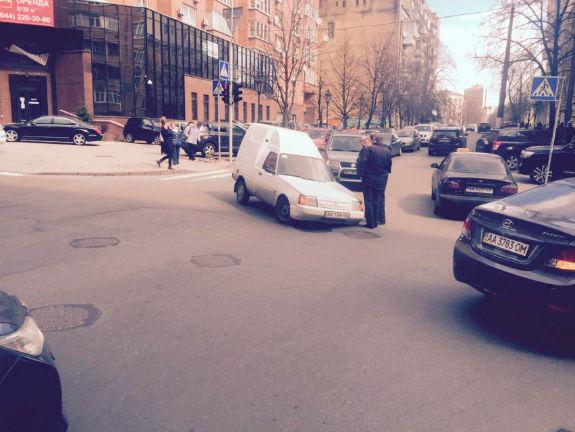 В центрі Києва провалився асфальт: під землю пішов автомобіль  - фото 1