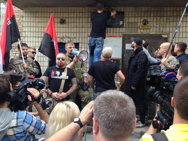 """""""Правий сектор"""" повісив пам'ятну дошку на місці вбивства Бузини (ФОТО) - фото 1"""