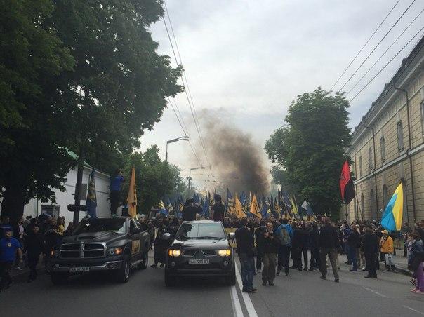 """У Києві на марші """"Вимоги нації"""" почалися заворушення. Запалали шини - фото 2"""