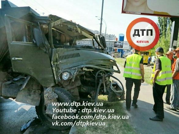 У Києві КамАз врізався в маршрутку - фото 1