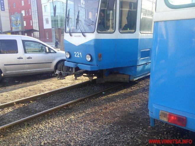 У Вінниці після зіткнення з трамваєм легковик відкинуло в стовб - фото 1
