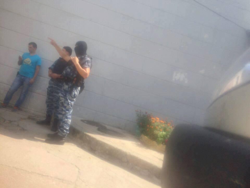 У Сімферополі ОМОН нагрянув з обшуками у кримськотатарський ресторан (ФОТО) - фото 1