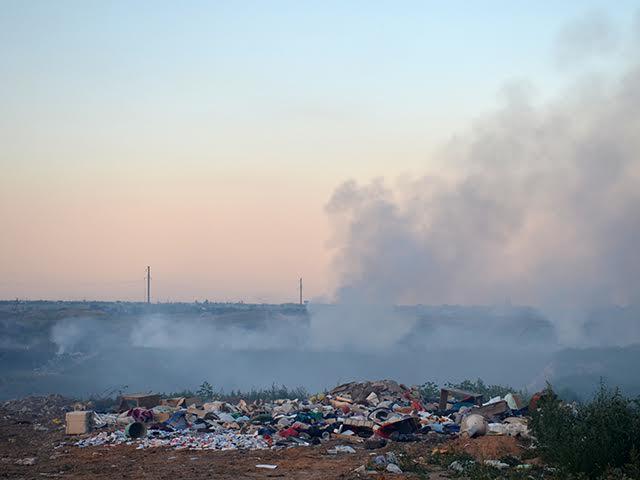 Стихійне сміттєзвалище у Миколаєві знов горіло через необережне поводження з вогнем