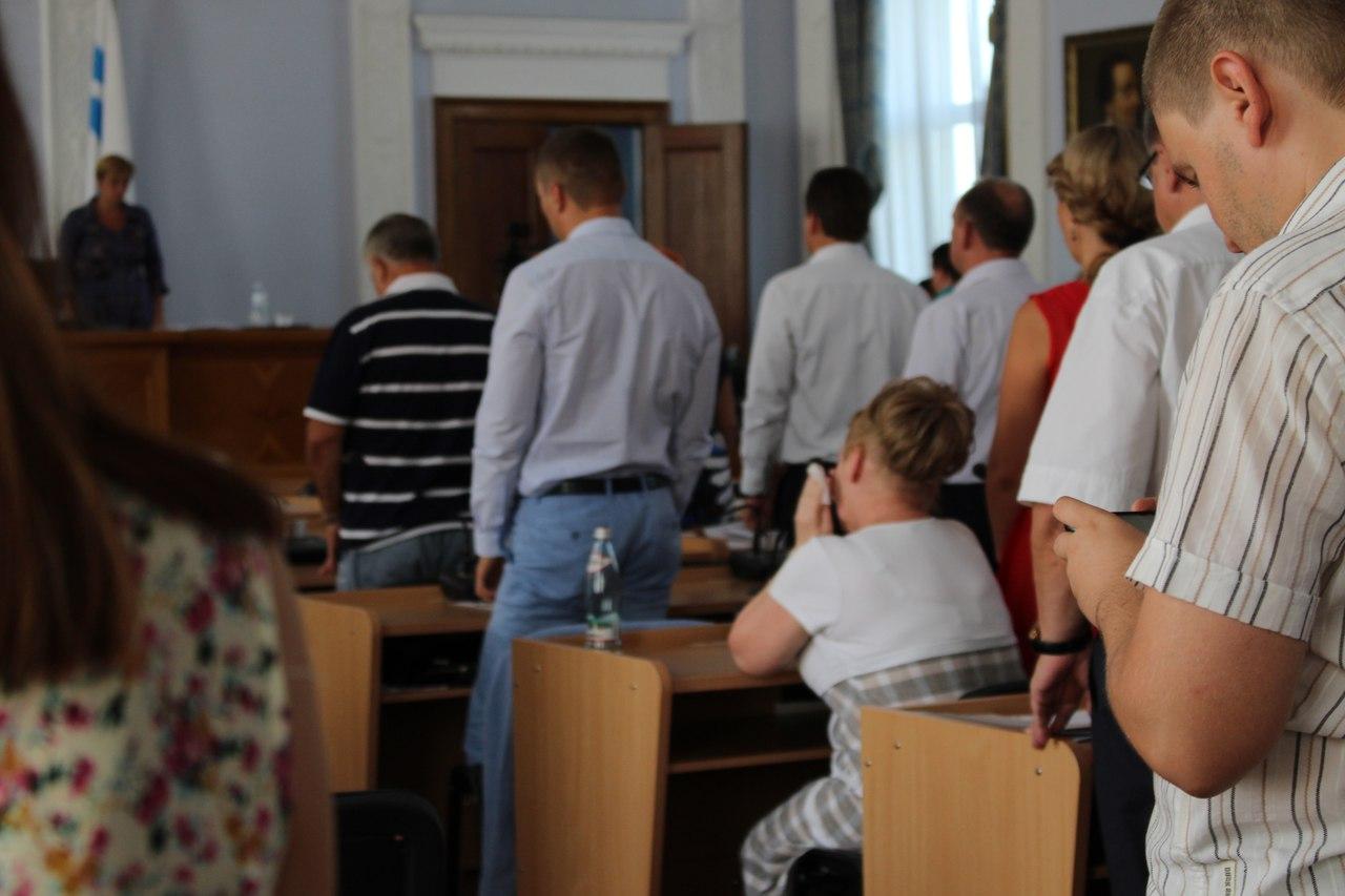 У Миколаєві депутатка-опозиціонерка не встала під час вшануваня пам'яті АТОшника - фото 1