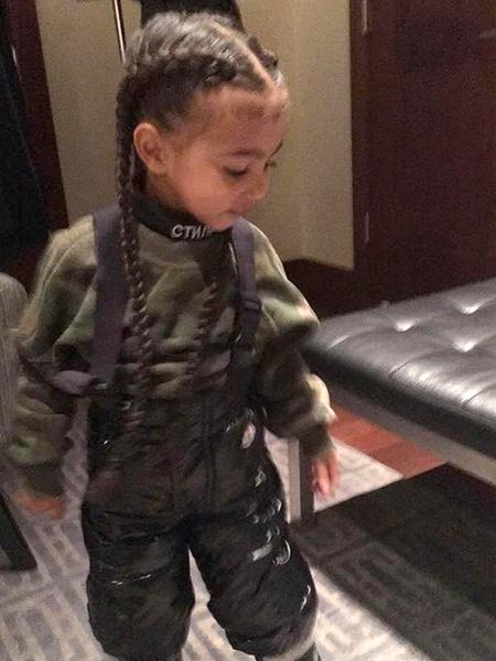 Кім Кардашян наростила волосся 2-річній дочці - фото 1