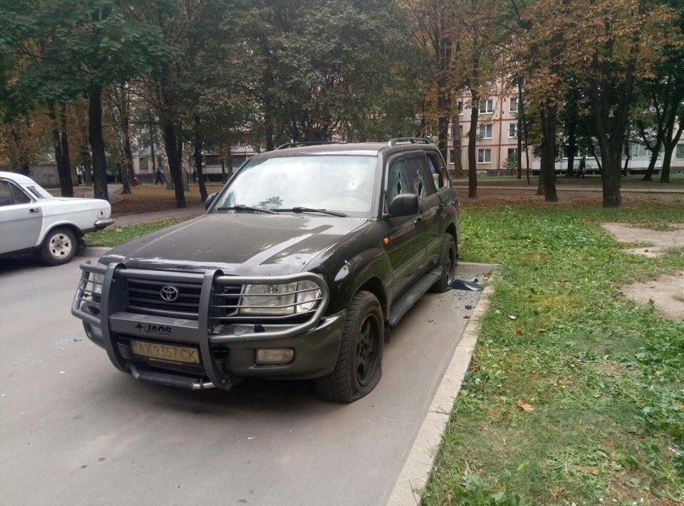 У Харкові невідомі пошкодили дорогий позашляховик - фото 3