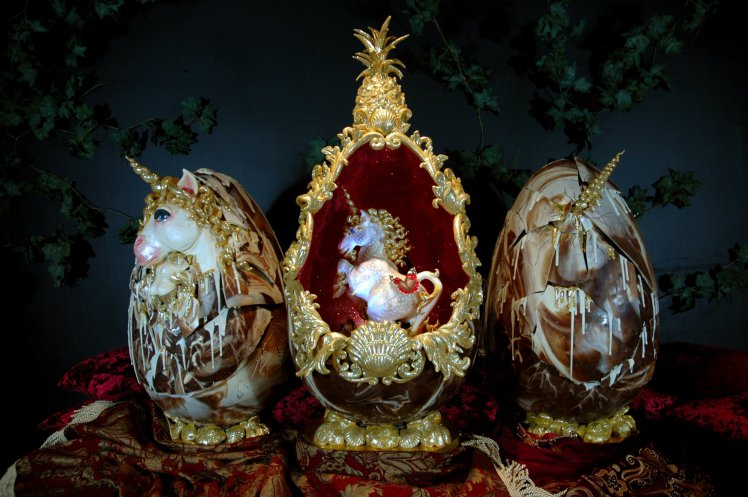 Ліна Костенко і кінна поліція: ТОП-10 найцікавіших пасхальних яєць в історії - фото 1