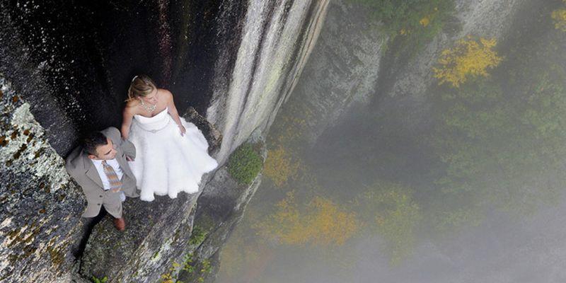 Як виглядає весільна фотосесія на шалено високій скелі - фото 9