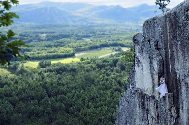 Як виглядає весільна фотосесія на шалено високій скелі - фото 3