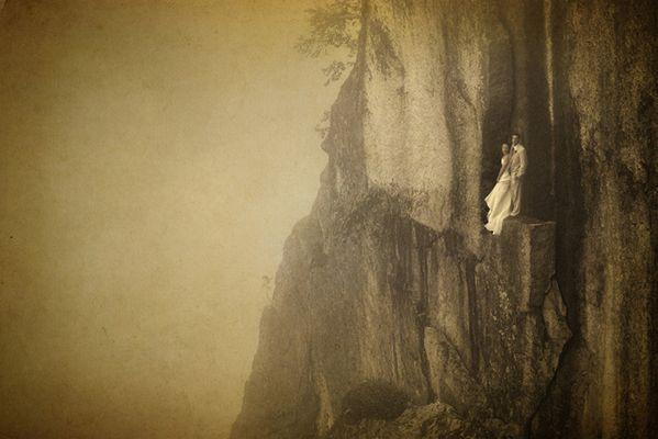 Як виглядає весільна фотосесія на шалено високій скелі - фото 6