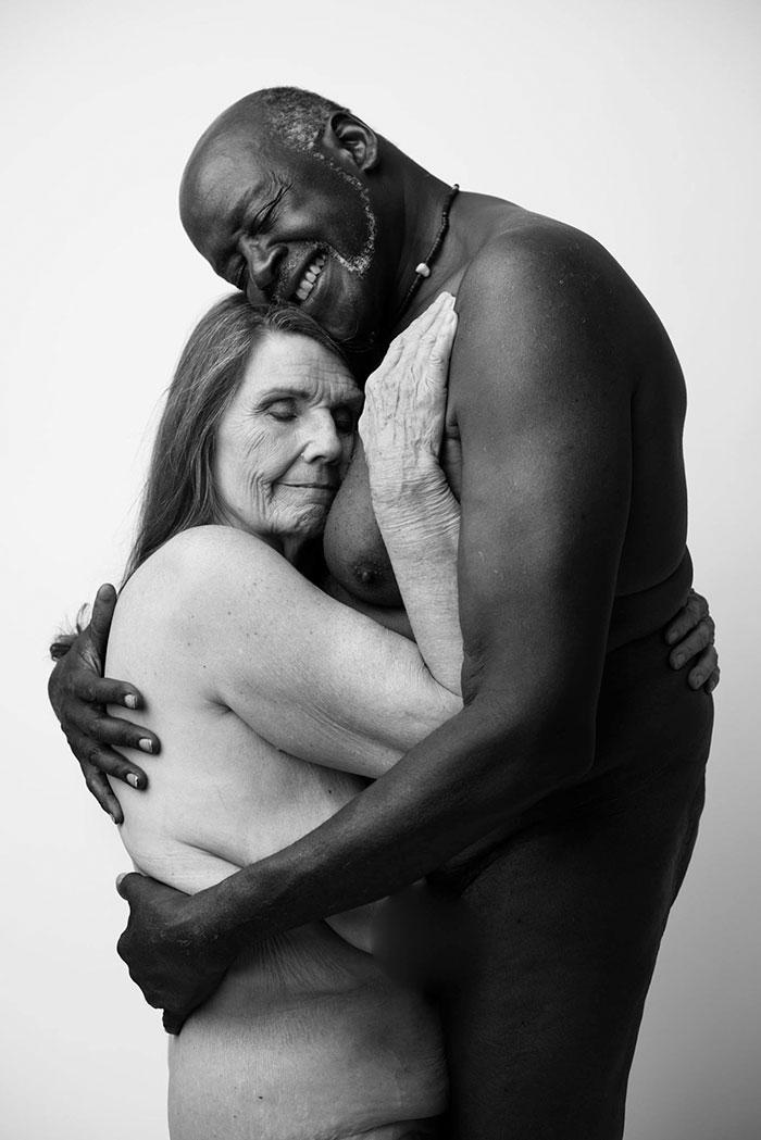 Фото голих 70-річних закоханих підірвали інтернет (ФОТО 18+) - фото 1