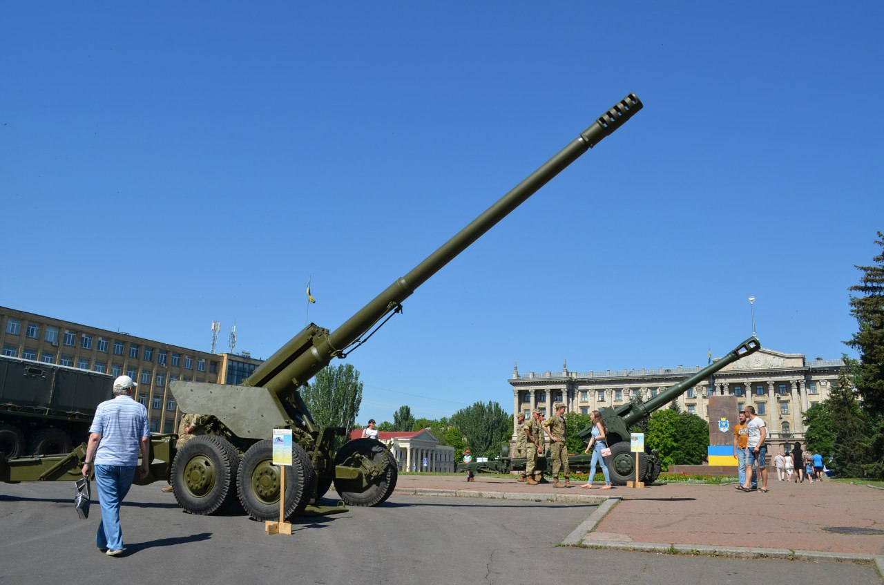 Миколаївцям влаштувал показ військової техніки