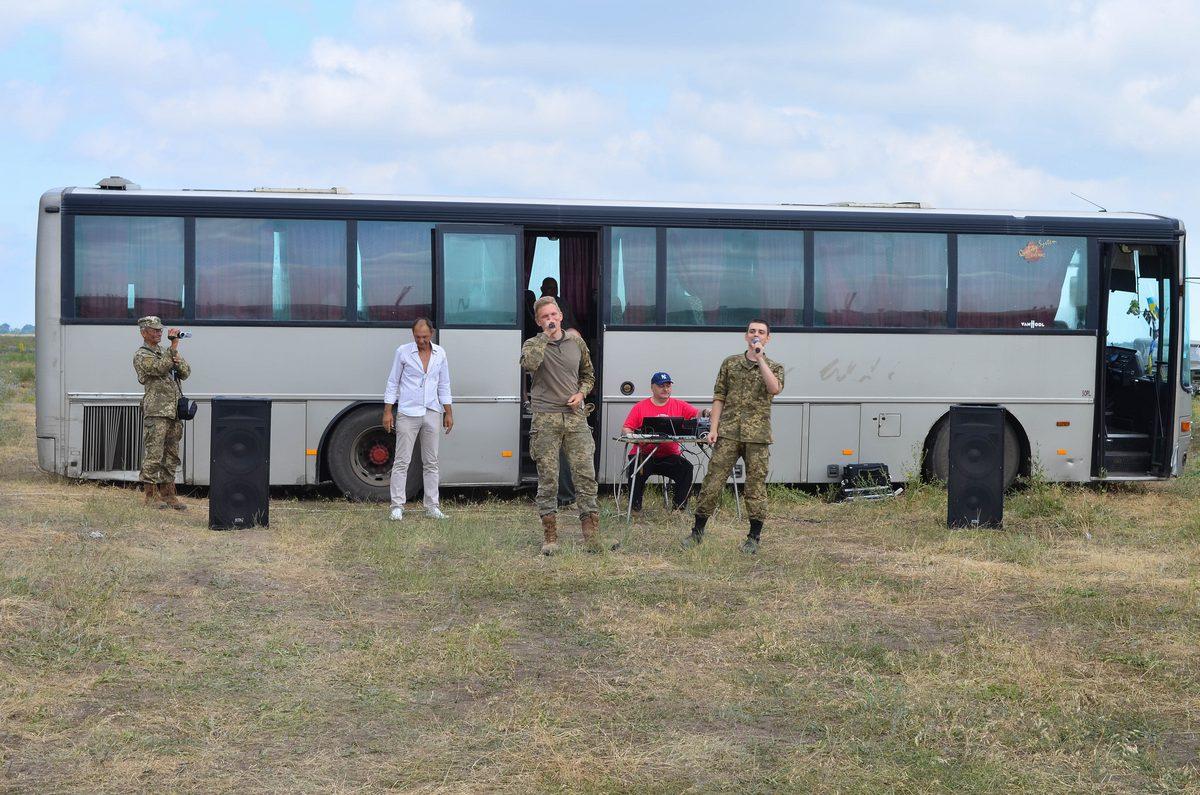 Артисти влаштували концерт бійцям на Широколанівському полігоні