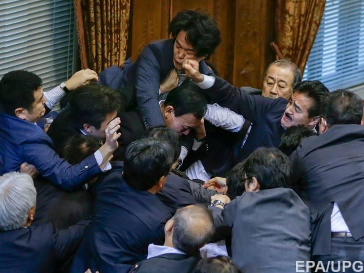 Як депутати гамселять один одного в різних країнах - фото 3