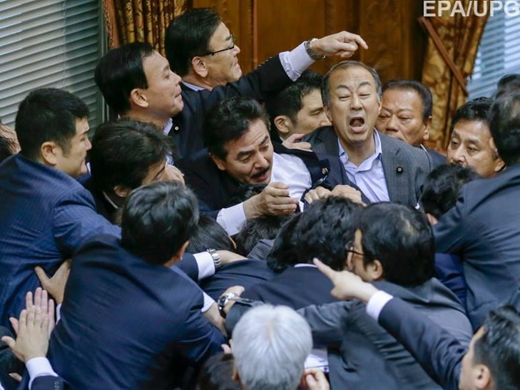 Як депутати гамселять один одного в різних країнах - фото 2