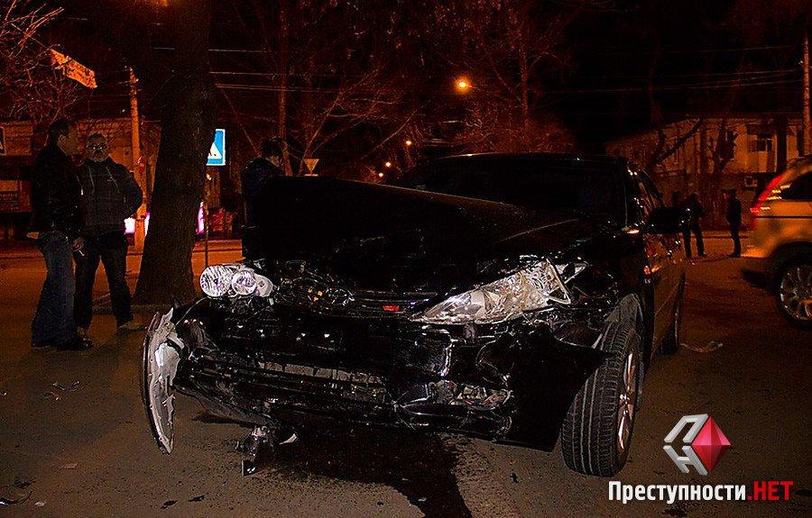 В центрі Миколаєва зіткнулися ВАЗ і Toyota - фото 1