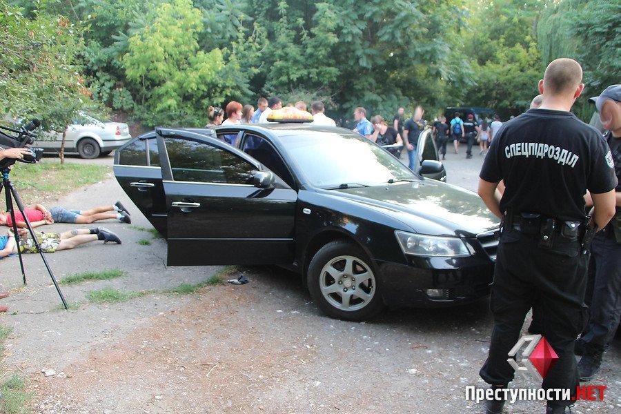 """У Миколаєві АТОшники з """"Правого сектору"""" нападали на таксистів та викрадали авто - фото 1"""